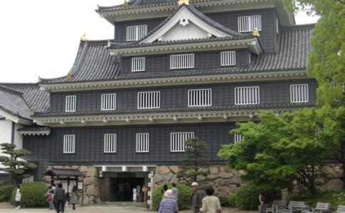 "img src=""岡山城.jpeg"" alt=""岡山城"""